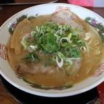 楽縁 - 豚骨しょう油ラーメン(600円、斜め上から)