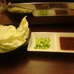 ホルモン焼き ブーブー - たれ、ネギ、最初のキャベツ