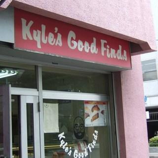 カイルズ・グッド・ファインズ - ピンク色のマンションの一角にあります。