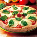 ナポリの窯 - 【トマト多めのマルゲリータ】普通のマルゲリータでは満足できない!という方にお薦め。 まるごと1個分のトマトを使用した贅沢なマルゲリータ。 ジューシーなトマトとモッツァレラチーズの優しい味わいと、爽やかなバジルの香りが食欲をそそります。