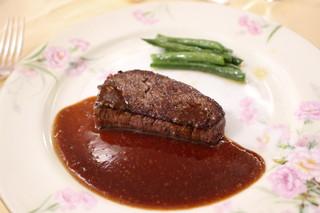 メインダイニングルーム - 牛フィレのステーキ