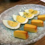 ビアカウンターちょこっと - 玉子とチーズの燻製
