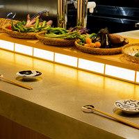 朝とった魚 薩摩じんべえ - 当日仕入れた食材が並ぶカウンター席