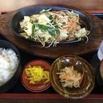 国境食堂 - 牛バラ野菜炒め定食 1000円税別