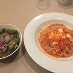ちょっとローマ - イタリア産モッツアレーラチーズとバジリコのトマトソーススパゲッティ(950円)