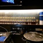 生ビールとたこ焼きのお店 佐藤 - カウンターの向こうの棚には、生ニール用グラスがズラ~ッ♪