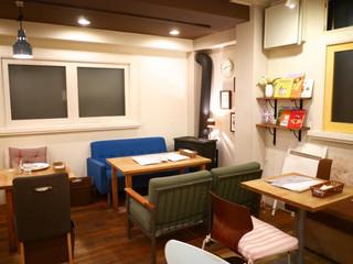 パンケーキママカフェ VoiVoi - ソファ席の横には暖炉が(機能していませんでした)