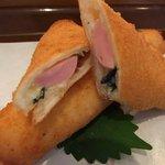 アゲヤ本舗揚げパン専門店 - 魚肉ソーセージに大葉とモッツァレアチーズがとろっと入ったヘルシーな一品です 女性におすすめ!