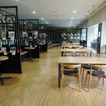 MUSEUM CAFE CARS & BOOKS - 窓が広く明るい店内