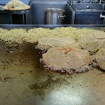 55621830 - 次々とそば肉玉を作ります(^^)                       Wや○のソースはトッピングなど注文のサイン