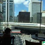 55626316 - 窓の向こうには新幹線がひっきりなしに往復してる