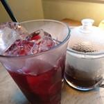 55628839 - 氷の入ったグラスにティーを注ぐと、こんな綺麗な色のティーに。                                               見た目も可愛らしくて、お味もベリーの紅茶でした。