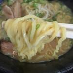 麺屋 志 - 旨いラーメン(700円)麺リフト