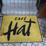 カフェ・ハット - 入り口のロゴ入りマット