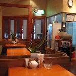 カフェ・ハット - 木目調で暖かい雰囲気の店内