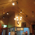 カフェ・ハット - 山小屋風の天井