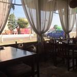 レストラン高砂 - 店内からバイパスを眺める