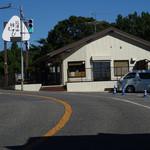 釜炊きおにぎり 筑波山 縁むすび - 駐車場から大鳥居前の道~店舗が見えます.