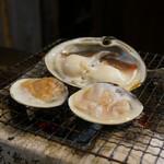 番屋ながさわ - 貝には、専用の日本酒を注ぎます。