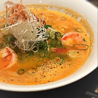 徹信 - 海老ラーメン☆  甘エビでとったスープは、エビの旨味がふんだんに溶け込んだ濃厚な味わい! エビの臭みを上手く抑えて飲みやすいスープに! トッピングもエビが3尾と海老尽くしw まさに海老の髄まで味わえる一杯!٩(๑><๑)۶  #ラーメン#ラーメン部活動#出張ラー活 #ぶらりグルメ旅 #本日2軒目#兵庫#らぁ祭 #らぁ祭兵庫 #らぁ祭42軒目