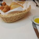 ポルトヴィーノ - パンにはオリーブオイルが添えてあります