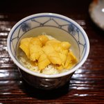 東麻布 天本 - 唐津の赤雲丹と毛ガニの飯蒸し