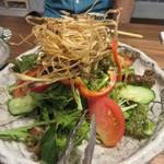 百雷 - サラダはシャキシャキに揚げられたゴボウがたっぷりトッピングされてました。