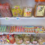 とびら - 店内の駄菓子&雑貨コーナー。 夜はバーになり、お好みの駄菓子をつまみながら飲むこともできるようです。