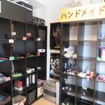 とびら - 店内には、Tシャツなどの衣服もあり、 レンタルボックス形式の委託販売の雑貨やアクセサリーも置いてあります。