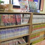 薩摩屋 - 入り口付近の漫画と雑誌コーナー。常連さんは、お店に入ってすぐ本を取り、席に着くようです。