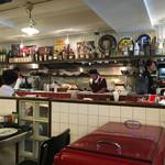 エーエス クラシックス ダイナー - ダイナーな雰囲気の店内(プレハブ式レストラン)
