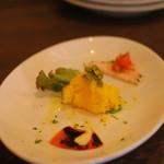 チーチョス - 前菜はちょっと寂しい・・・ トマトの破片+かぼちゃとポテトのサラダ?ハム