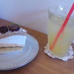 ホビット - 和栗のモンブランタルト500円とリンゴジュース