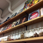 カオス スパイスダイナー - 店内風景。各種スパイスは飾りではなく、実際に使っていた。