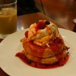 カフェ&ブックス ビブリオテーク - ベリーとクリームチーズのパンケーキ