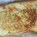 55684182 - サンドイッチは軽くベイクされ、きつね色に焦げてました