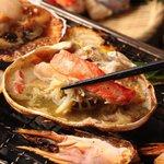 能登美 - 料理写真:看板メニューの一つ浜焼き!!魚介を焼くにおいだけで一杯飲めちゃいます♪