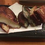 特攻チキン野郎 - さつま揚げ。甘みがあり、左からプレーン、ニラ、チーズの3種類。