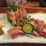特攻チキン野郎 - 地鶏の刺身。皮を炙っていて香ばしく、身も柔らかく美味