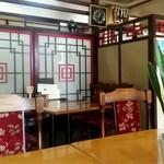 豊来飯店 - 店内のテーブル席の様子
