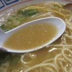 中華そば 三浦 - スープ色は豚骨的