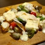 55698693 - 6種の朝採り鎌倉野菜とチキンのラクレット (1,890円)