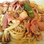 スパゲッティ アゼ - ベーコンとソーセージと野菜のスパゲッティ