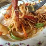 ソウルフードカフェ カモメ - 太めのモチモチ麺は食感良し✌ 具材のベーコンも超厚切り♡
