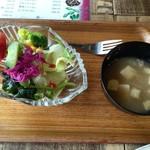 ソウルフードカフェ カモメ - 全てにセットで付いてくるサラダと味噌汁