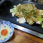 美舟 - 焼きそば(並盛) 850円+生卵 100円