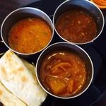 ムガルキッチン - 左上から~キーマ/豆/野菜