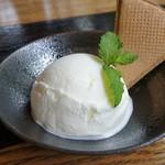 かん川本舗 - 塩ミルクアイス ¥450
