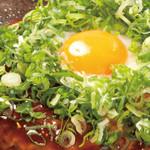 鶴橋風月  - 「牛すじねぎ月見玉」仕上げにねぎと目玉焼きをのせてさらに美味しさUP!