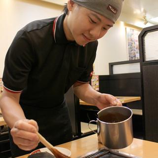 お好み焼きは従業員が調理するので手軽で安心!!